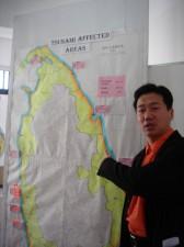 津波被害を表す地図の前で