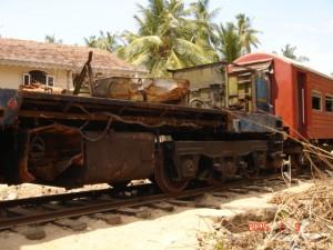 津波で人が乗ったまま流された列車つい最近、線路に戻されたが動くはずもなく・・・