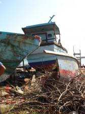 岸辺に打ち上げられ放置されたままの漁船1