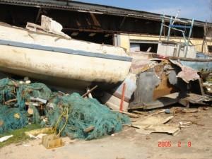 岸辺に打ち上げられ放置されたままの漁船2
