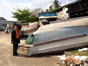 岸辺に打ち上げられ放置されたままの漁船3